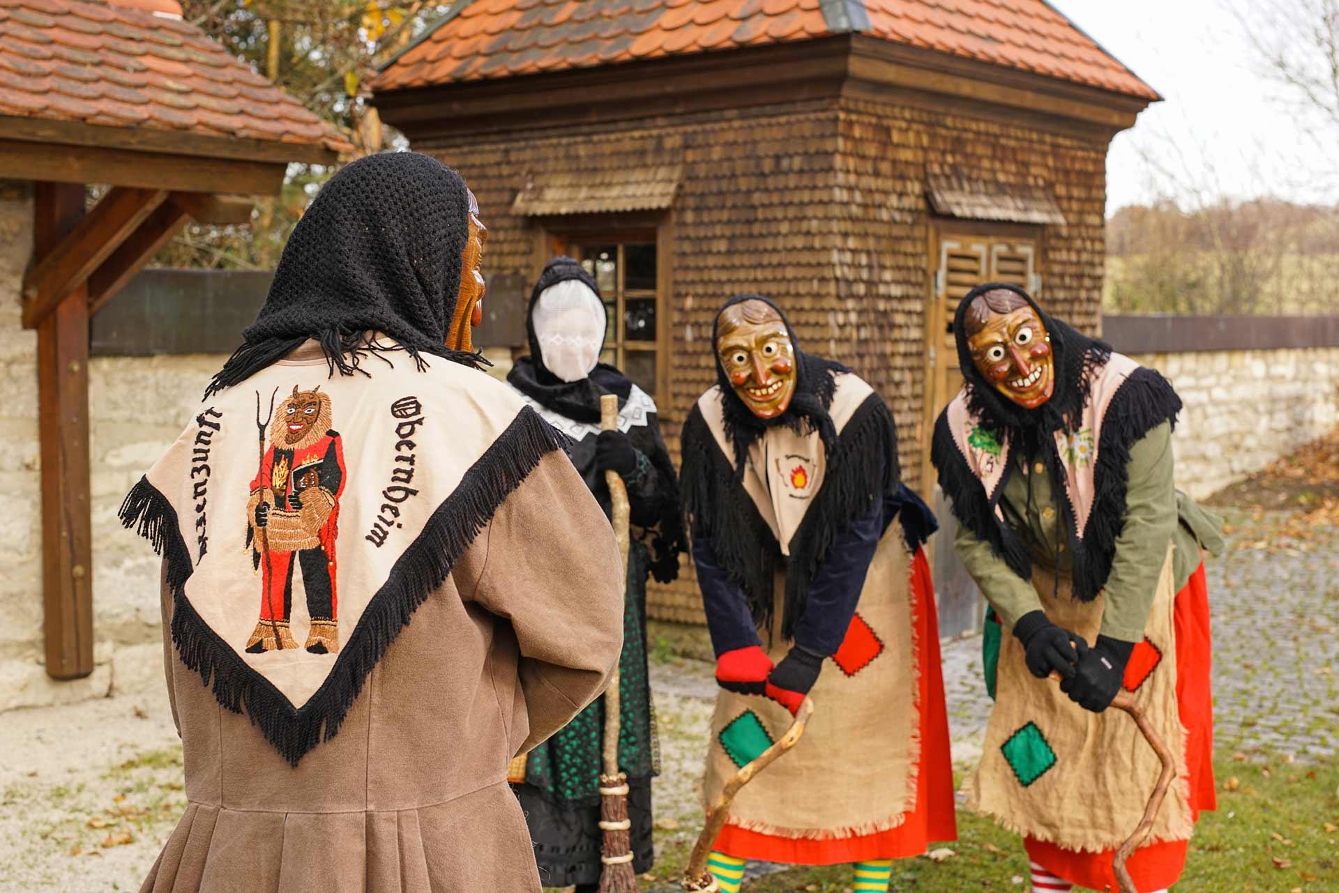 Hexengruppe mit Schultertuch