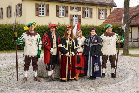 Ritterpaar, Hofstaat und Landser